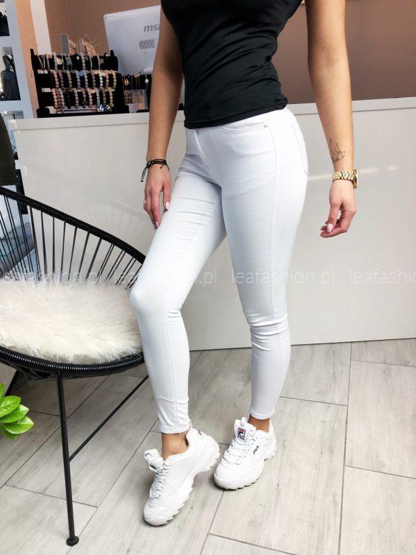 białe dopasowane jeansy