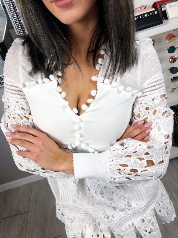biała sukienka rękaw